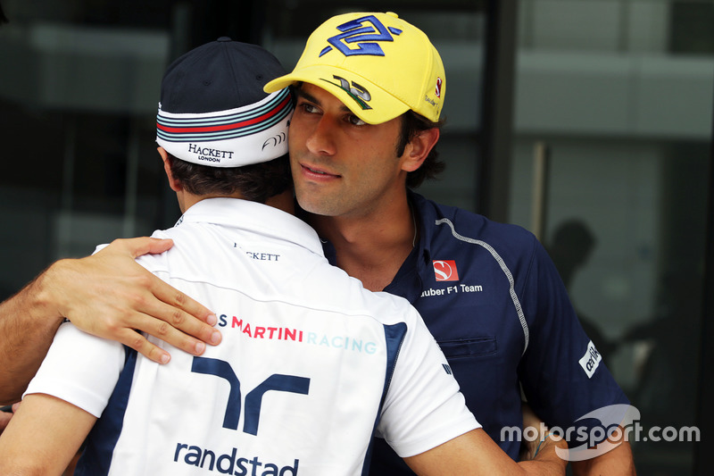 (L nach R): Felipe Massa, Williams mit Felipe Nasr, Sauber F1 Team