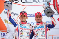 Podium GT500: Heikki Kovalainen en Kohei Hirate, Team Sard