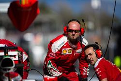 Des mécaniciens Ferrari dans les stands