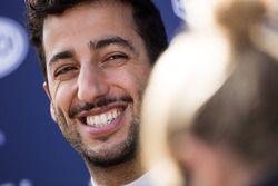 Daniel Ricciardo, Red Bull Racing, con i giornalisti