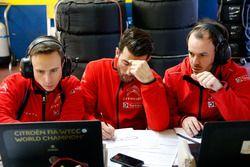 José María López, Citroën World Touring Car equipo está hablando con el ingeniero