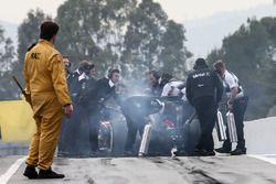 Jenson Button, McLaren MP4-31 s'arrête au bout de la voie des stands
