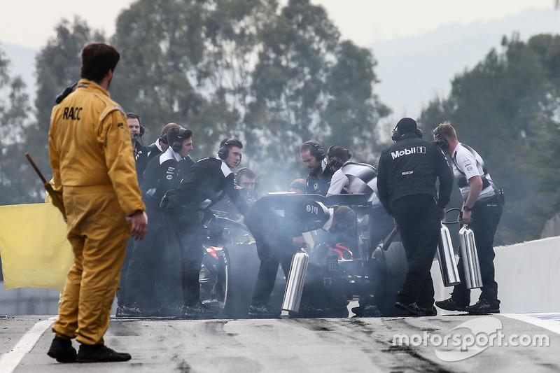 Jenson Button, McLaren MP4-31 stoppt am Ende der Boxengasse