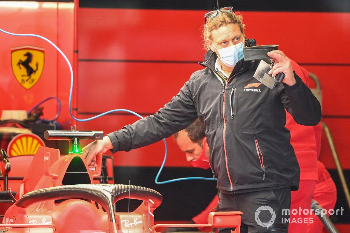 Una miembro de FOM en el garaje de Ferrari