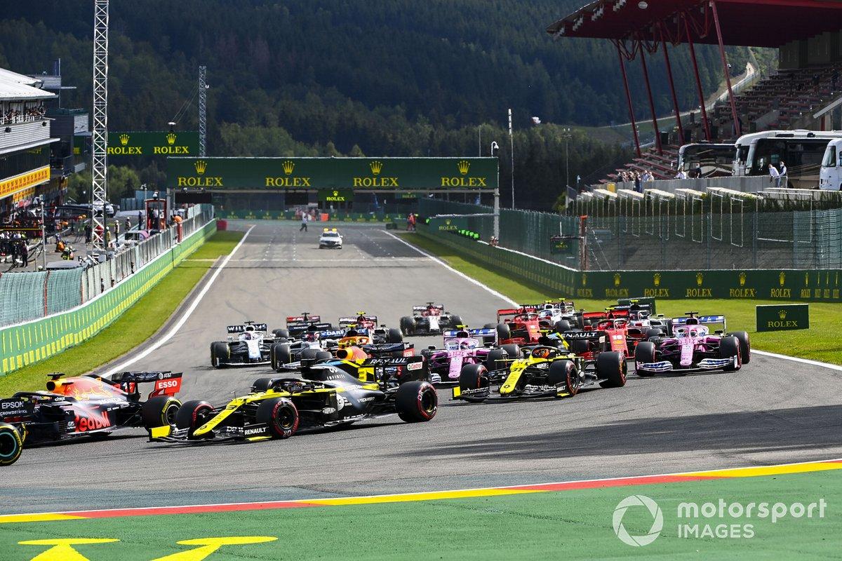 Max Verstappen, Red Bull Racing RB16 y Daniel Ricciardo, Renault F1 Team R.S.20 al inicio