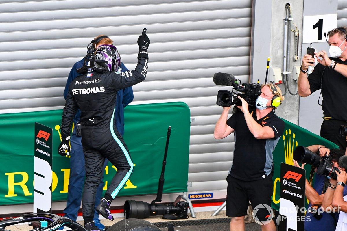 Ganador Lewis Hamilton, Mercedes-AMG F1, celebra en parc ferme