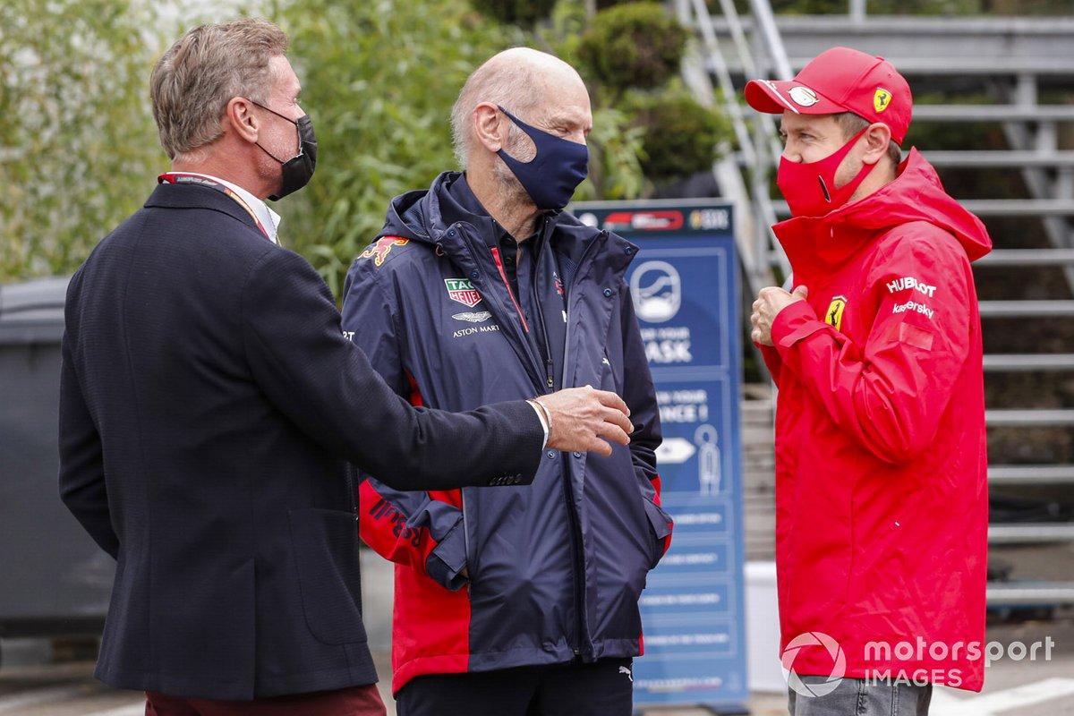 Presentador David Coulthard con Adrian Newey, Director Técnico de Red Bull Racing, y Sebastian Vettel, Ferrari