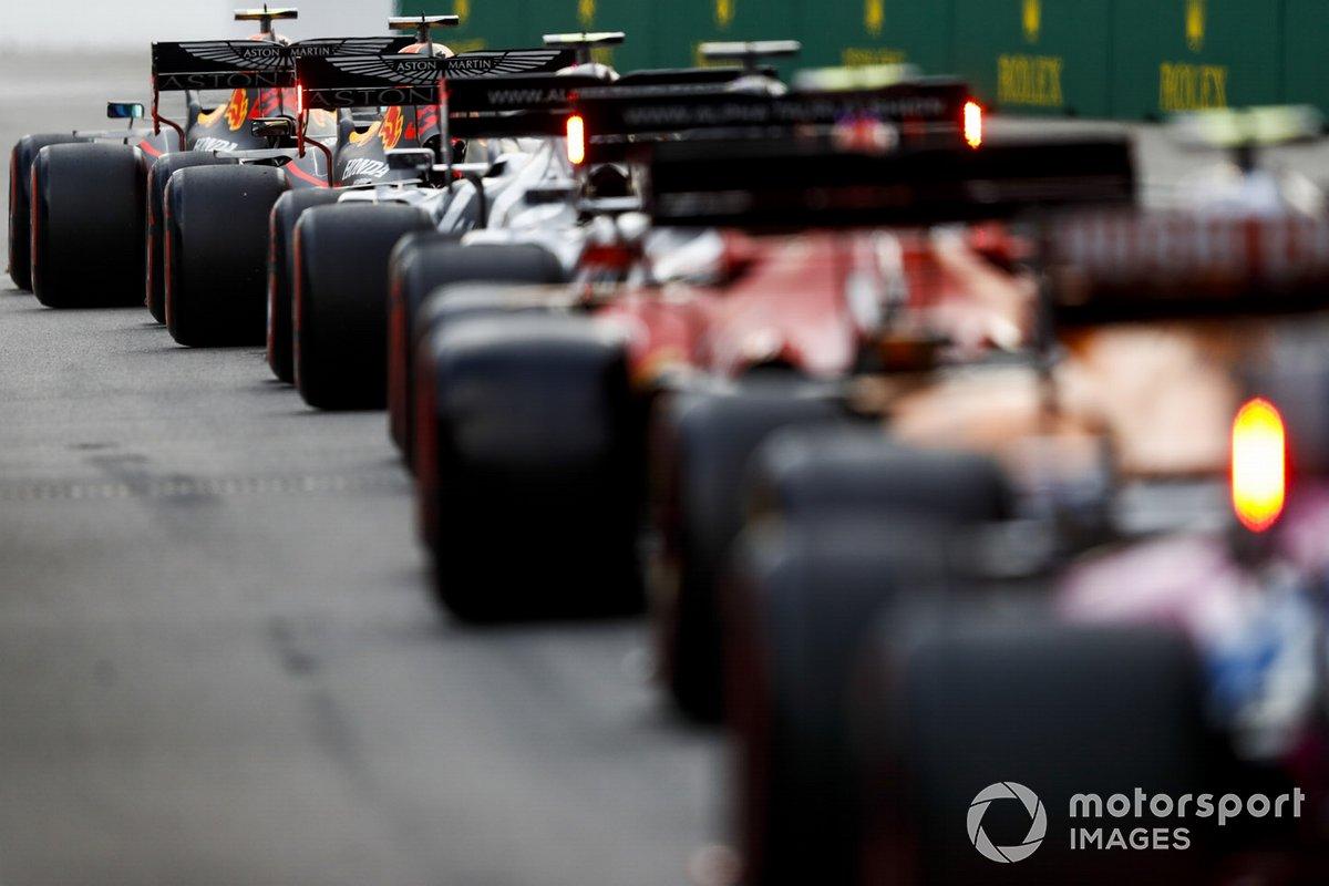 Alex Albon, Red Bull Racing RB16, Max Verstappen, Red Bull Racing RB16, en pit lane