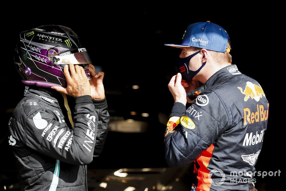 Ganador de la pole position Lewis Hamilton, Mercedes-AMG F1 es felicitado por Max Verstappen, Red Bull Racing