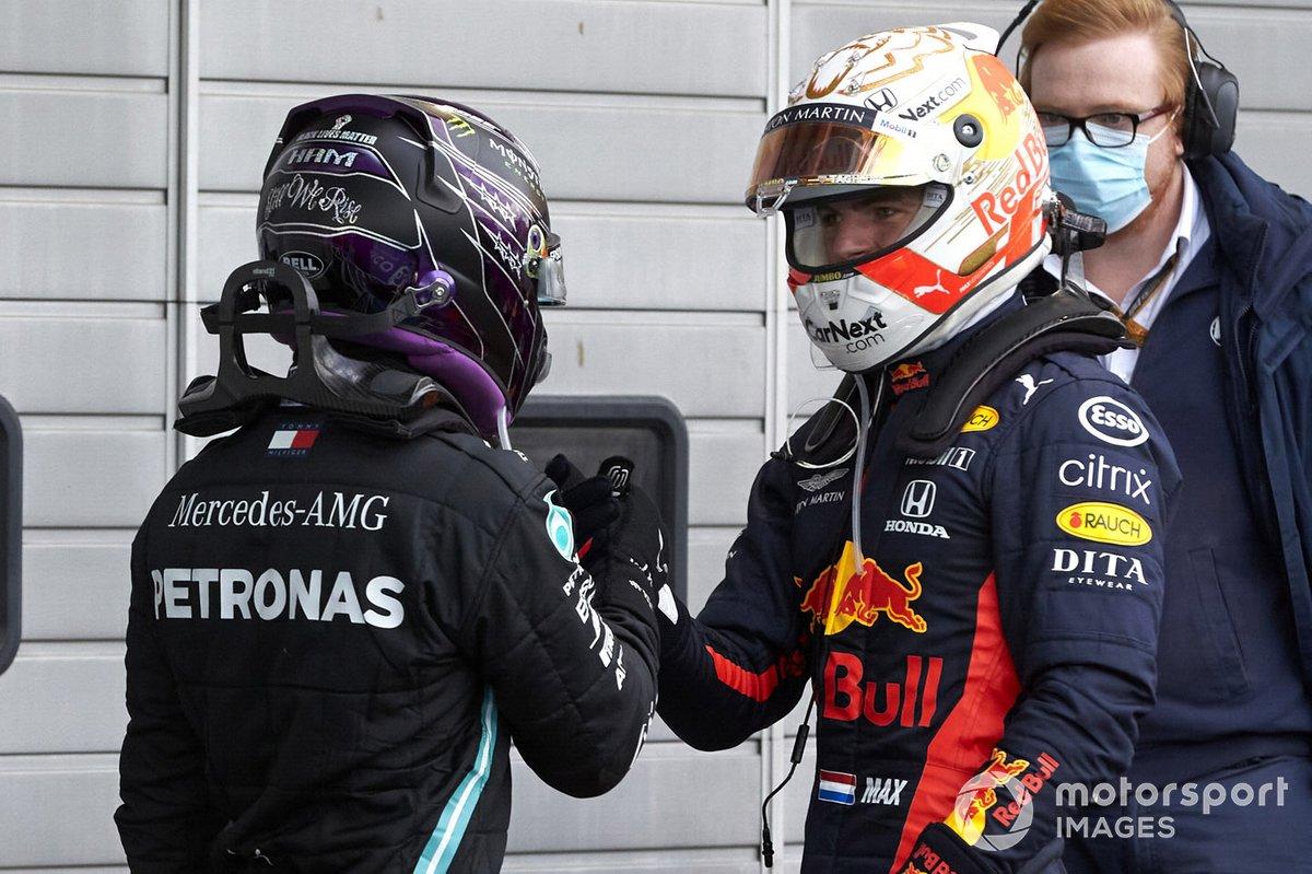 Max Verstappen, Red Bull Racing, 2ª posición, felicita a Lewis Hamilton, Mercedes-AMG F1, 1ª posición, en Parc Ferme