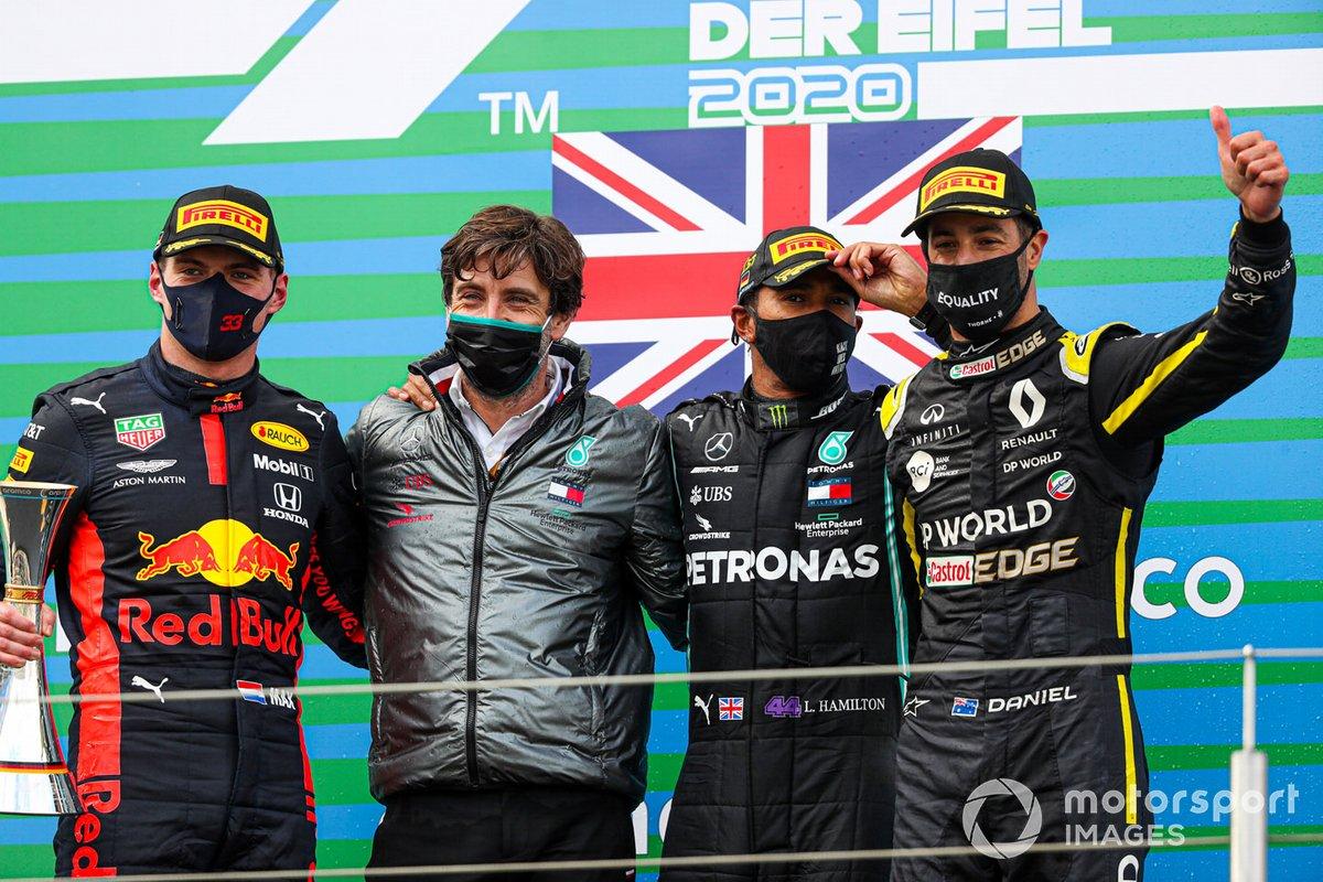 Lewis Hamilton, Mercedes-AMG F1, 1a posizione, Max Verstappen, Red Bull Racing, 2a posizione, e Daniel Ricciardo, Renault F1, 3a posizione, festeggiano sul podio