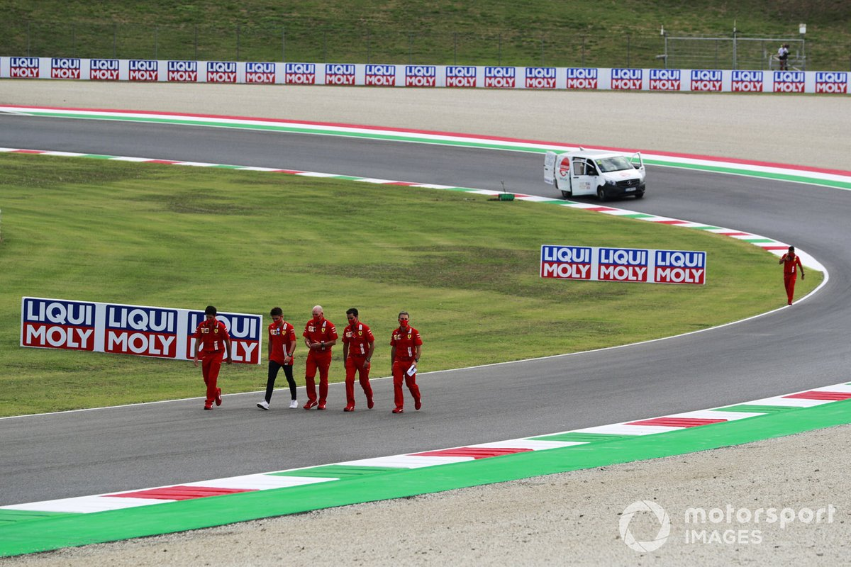 Charles Leclerc, Ferrari, cammina in pista con il team