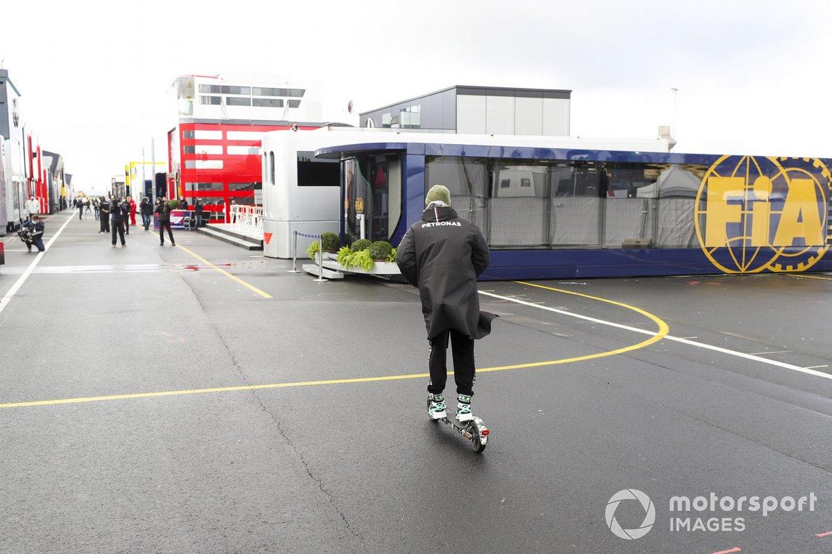 Lewis Hamilton, Mercedes-AMG F1, en un patinete