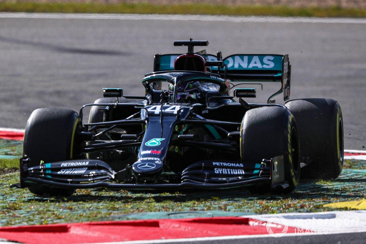 Lewis Hamilton, Mercedes F1 W11, se salta una curva