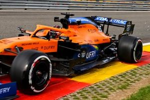 Carlos Sainz Jr., McLaren MCL35 con il fondo del 2021