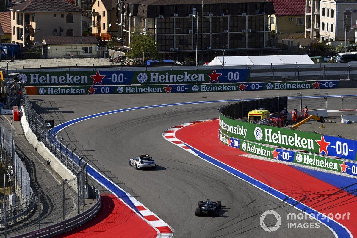 El Safety Car delante de Lewis Hamilton, Mercedes F1 W11, y Valtteri Bottas, Mercedes F1 W11