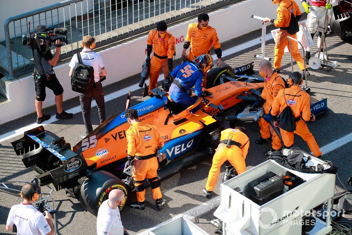 Carlos Sainz Jr., McLaren MCL35, ai box con i meccanici