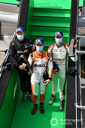 Larry ten Voorde, Team GP Elite, vainqueur, et Leon Kohler, Lechner Racing Middle East, troisième, quittent le podium avec leurs trophées