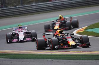 Daniel Ricciardo, Red Bull Racing RB14, leads Esteban Ocon, Racing Point Force India VJM1, and Max Verstappen, Red Bull Racing RB14