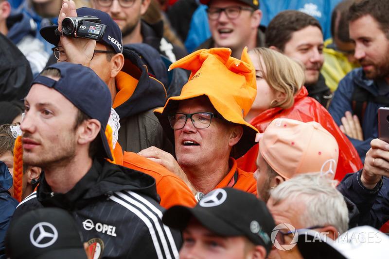 Holenderski kibic w pomarańczowej czapce