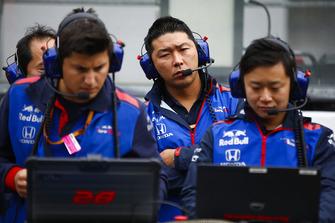 Toro Rosso Honda engineers at work