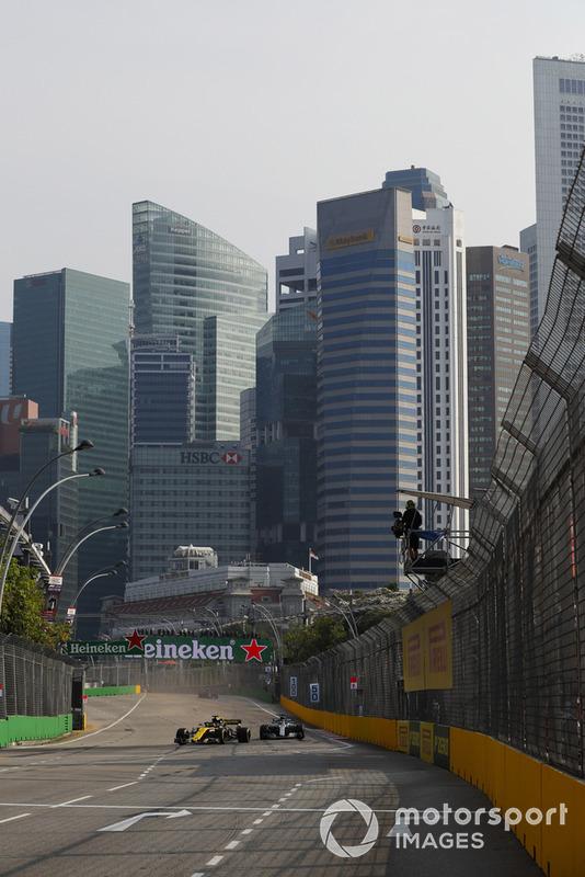Nico Hulkenberg, Renault Sport F1 Team R.S. 18, leads Lewis Hamilton, Mercedes AMG F1 W09 EQ Power+