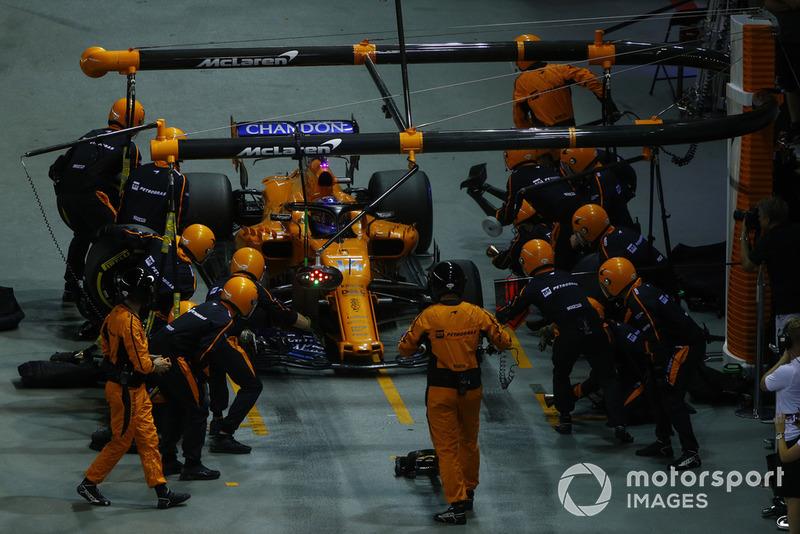 Fernando Alonso, McLaren MCL33, wykonuje pit stop