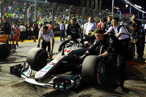 Lewis Hamilton, Mercedes-AMG F1 W09, in griglia di partenza