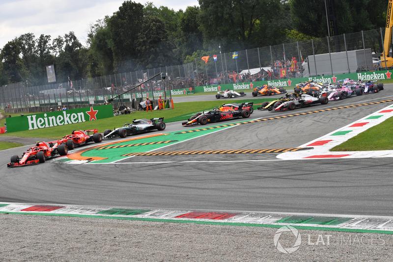 Kimi Raikkonen, Ferrari SF71H lidera Sebastian Vettel, Ferrari SF71H y Lewis Hamilton, Mercedes AMG F1 W09 al comienzo de la carrera