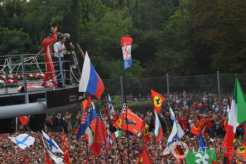 Podio: segundo lugar Kimi Raikkonen, Ferrari celebra con Felipe Massa