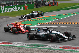 Valtteri Bottas, Mercedes AMG F1 W09 leads Kimi Raikkonen, Ferrari SF71H and Lewis Hamilton, Mercedes AMG F1 W09