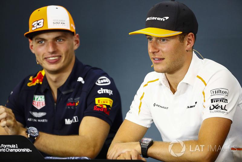 Stoffel Vandoorne, McLaren, y Max Verstappen, Red Bull Racing