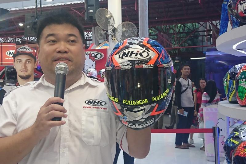 Johanes Cokrodiharjo, Direktur Pemasaran PT Danapersadaraya Motor Industry, mempresentasikan GP-RTECH yang digunakan Karel Abraham