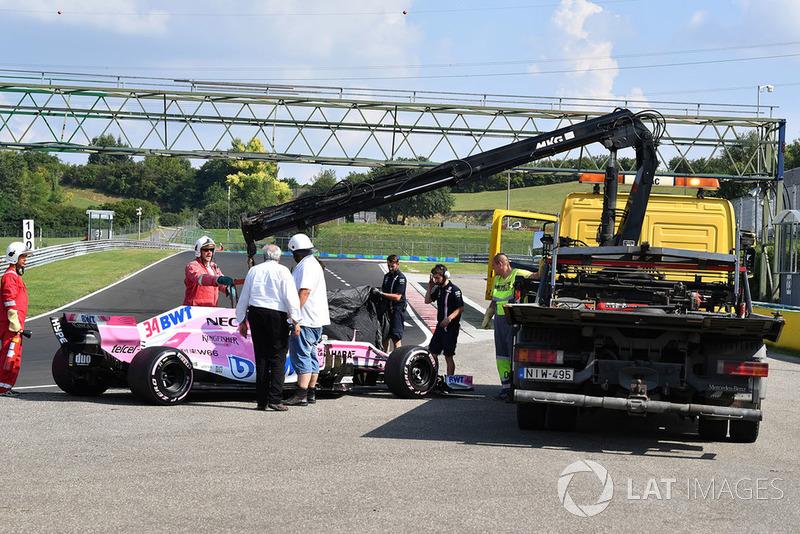 La voiture de Nikita Mazepin, Force India VJM11, est prise en charge par les commissaires