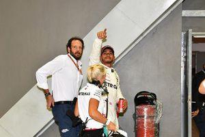 Lewis Hamilton, Mercedes AMG F1 con Angela Cullen, Physio y PA y Matteo Bonciani, Delegado de medios de la FIA en parc ferme
