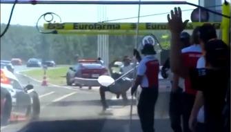 Accidente en los pits de Campo Grande de la Stock Light (foto de la TV)