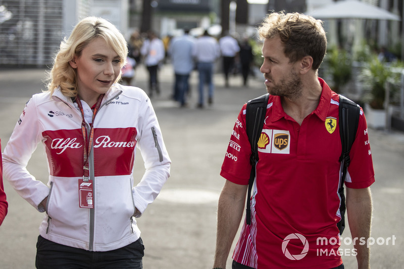 Ruth Buscombe, estrategista da Alfa Romeo, conversando com Sebastian Vettel