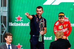 Guillaume Rocquelin, jefe de ingeniería de carreras de Red Bull Racing, recibe el trofeo de constructores