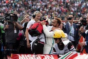 Lewis Hamilton, Mercedes AMG F1 en Angela Cullen, PA, fysio en trainer in parc ferme