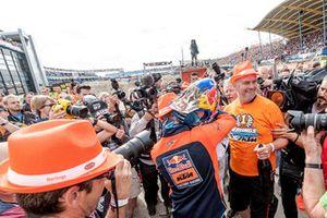 Jeffrey Herlings viert de zege met KTM