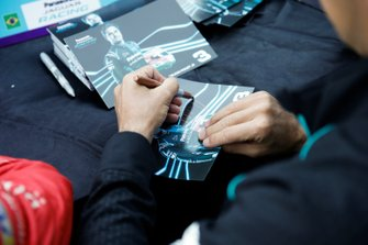 Nelson Piquet Jr., Jaguar Racing, firma una cartolina per autografi