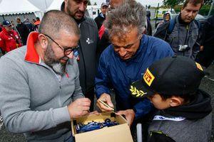 Jean Alesi signe des autographes