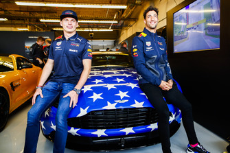 Max Verstappen, Red Bull Racing, Daniel Ricciardo, Red Bull Racing posa para una foto con un coche Aston Martin utilizado para HotLaps