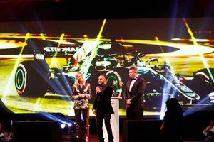 نيكولاس هاميلتون أخ لويس بطل العالم في الفورمولا واحد على المسرح يتلقى الجائزة بالنيابة عنه