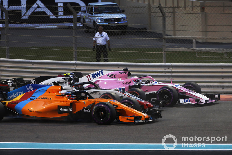 Sergio Perez, Racing Point Force India VJM11, Kevin Magnussen, Haas F1 Team VF-18, y Fernando Alonso, McLaren MCL33