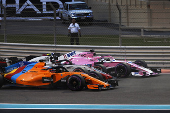 Sergio Perez, Racing Point Force India VJM11, Kevin Magnussen, Haas F1 Team VF-18, en Fernando Alonso, McLaren MCL33