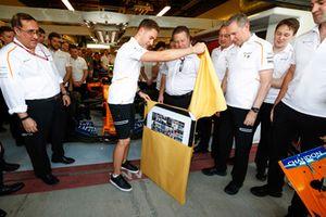 Stoffel Vandoorne, McLaren desenvuelve un regalo de despedida del equipo