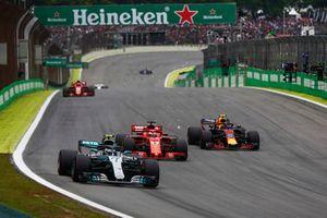 Valtteri Bottas, Mercedes AMG F1 W09, precede Sebastian Vettel, Ferrari SF71H, e Max Verstappen, Red Bull Racing RB14