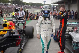 Valtteri Bottas, Mercedes AMG F1 in Parc Ferme met Max Verstappen, Red Bull Racing