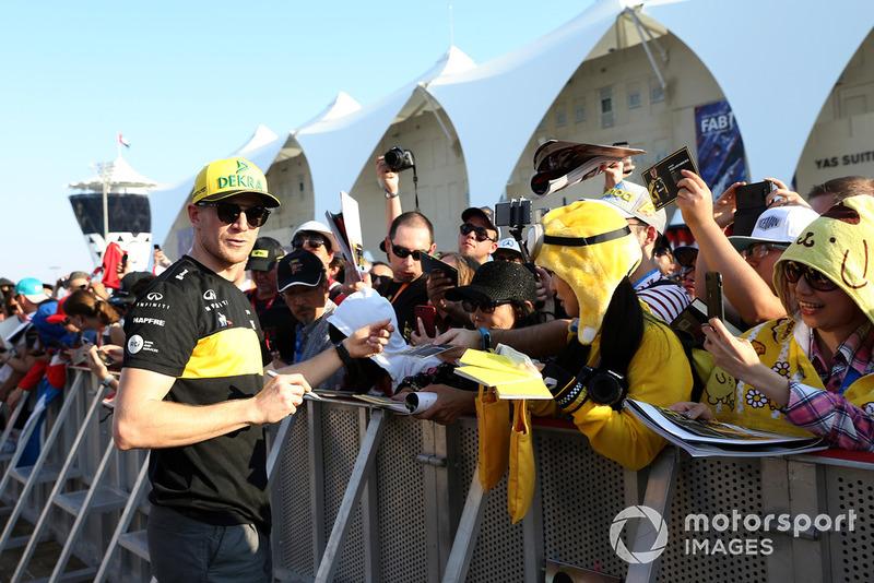 Nico Hulkenberg, Renault Sport F1 Team firma autógrafos para los aficionados.